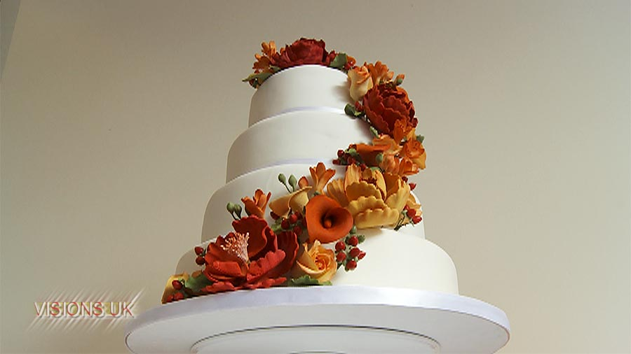 Clever use of sugar icing to mimic the bouquet.